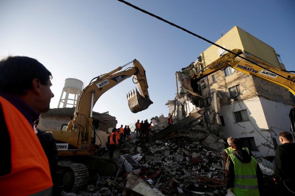 Al menos cuatro personas han muerto y más de dos centenares han resultado heridas por un terremoto de magnitud 6,4 en la escala de Richter que ha sacudido este martes Albania y ha tenido varias réplicas importantes. En la imagen, personas de emergencias trabaja entre las ruinas de un edificio de viviendas en Thumane (Albania).