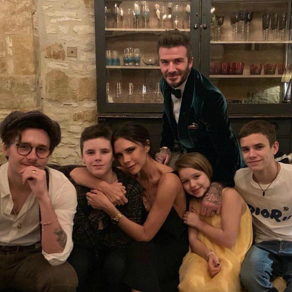 David y Victoria Beckham han mandado una felicitación a todos sus seguidores con un retrato familiar en el que aparecen con sus hijos: Brooklyn, de 20 años; Romeo, de 17; Cruz, de 14; y Harper, de 8.