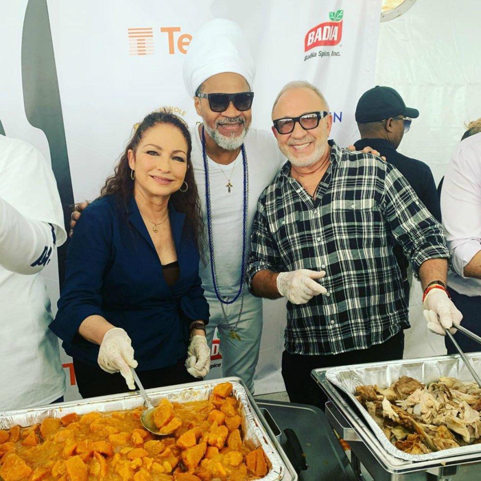Gloria Estefan quiso pasar el día con su familia y amigos pero fuera de casa, ayudando a los demás. La cantante se puso los guantes y comenzó a repartir comida en un evento llamado Feed a friend (alimenta a un amigo, en inglés).