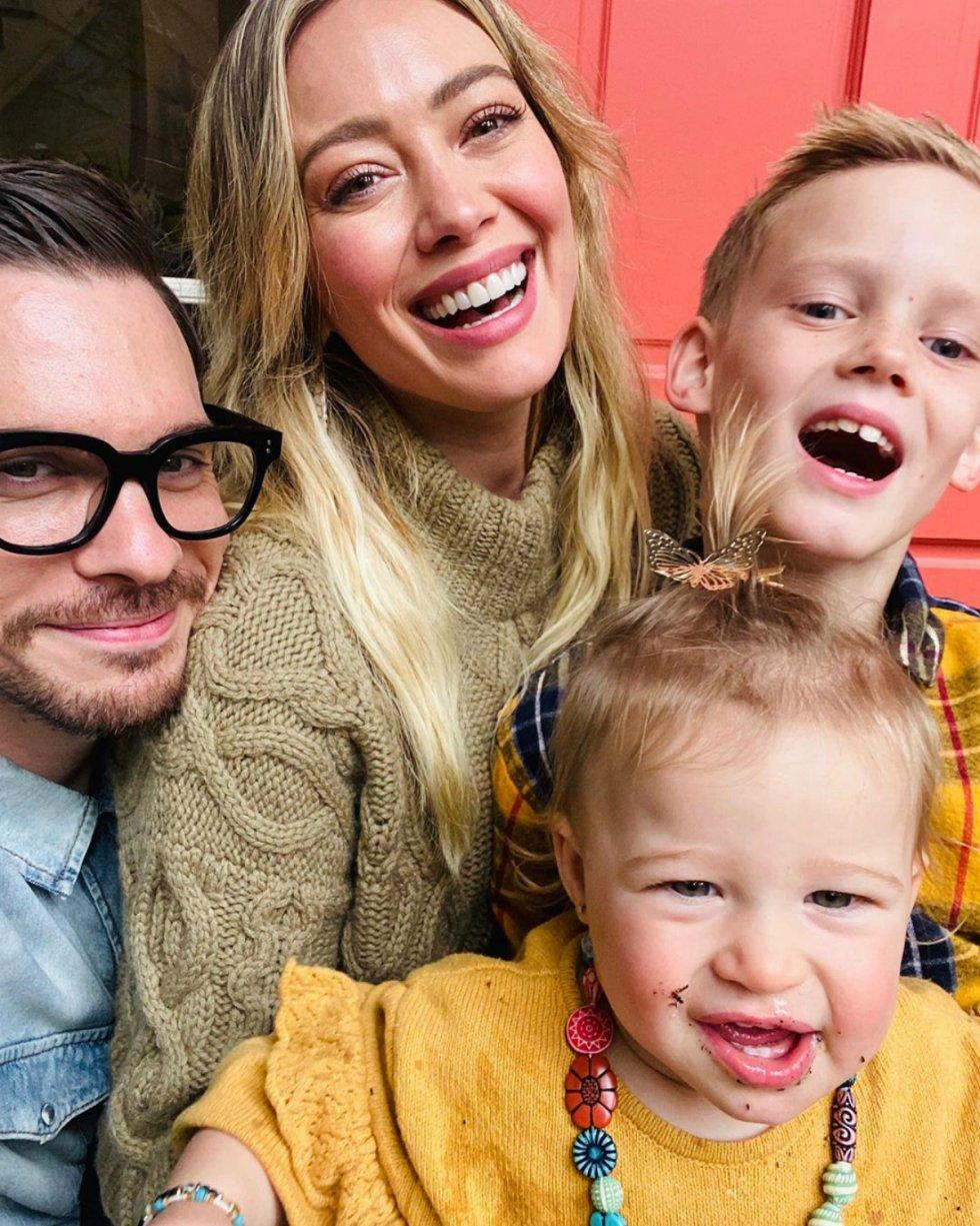 Hilary Duff publicó un retrato familiar, acompañada de sus dos hijos, Luca Cruz y Banks Violet, y su pareja, el cantante Matthew Koma.
