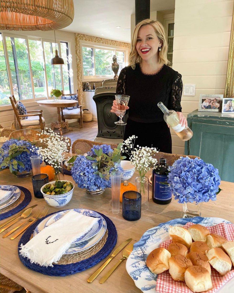 """Como ya es habitual por estas fechas, Reese Witherspoon ha presumido de lo bien decorada que ha quedado su mesa. Para la cena de Acción de Gracias, la actriz ha combinado el azul y el blanco con alguna pequeña calabaza. """"La gratitud es cuando alguien más cocina mientras tú abres el vino"""", ha bromeado en su cuenta de Instagram."""