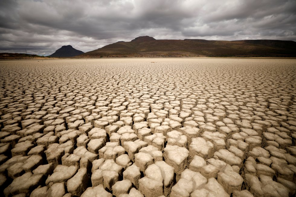 O solo é um elemento essencial nos ecossistemas, pois ajuda a regular processos importantes, como absorção de nutrientes, decomposição e disponibilidade de água, básicos para o desenvolvimento da vegetação. Nesta imagem, uma ameaça de chuva em uma área punida pela seca em Graaf Reinet, na África do Sul.