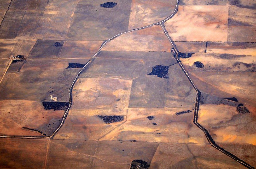 A Austrália tem sofrido uma seca insistente nos últimos três anos, e também uma das mais devastadoras desde que os registros foram feitos. Cerca de 98% de Nova Gales do Sul sofre com a seca e, na mesma situação, dois terços da vizinha Queensland. Segundo dados oficiais, a seca causou prejuízo de cerca de 5.000 milhões de dólares australianos (3.000 milhões de euros). Na imagem, vista aérea de fazendas afetadas pela seca, no sudoeste do país.