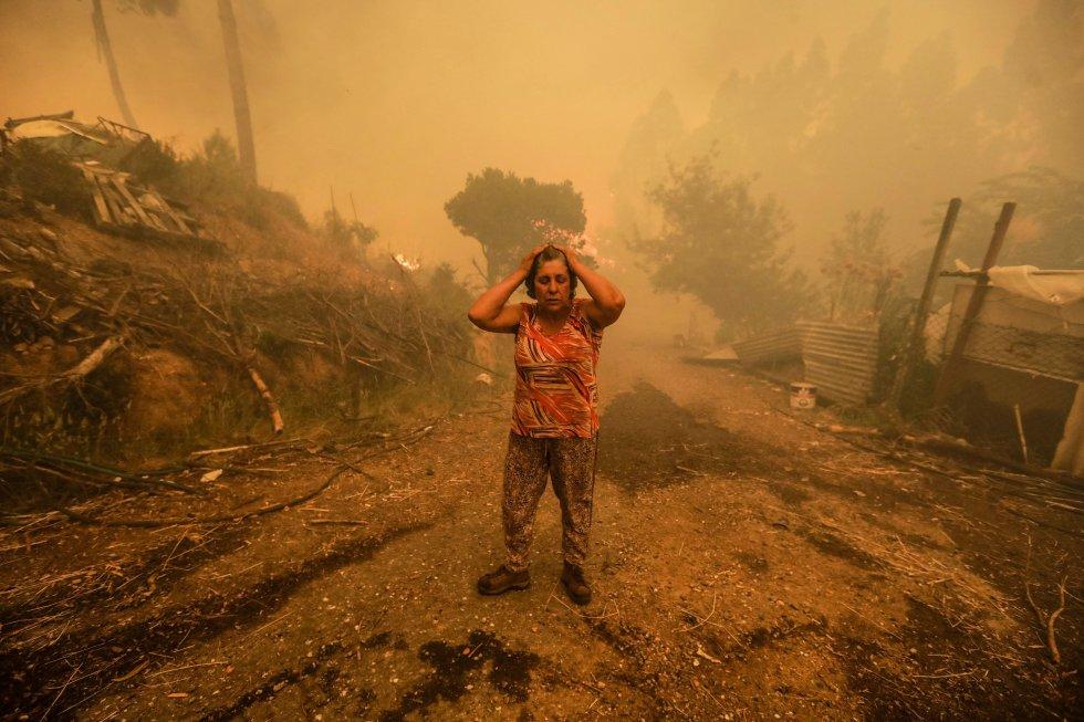 Uma mulher se desespera durante um incêndio em Pampilhosa da Serra, em Portugal, em 18 de junho de 2017. Incêndios, tsunamis e furacões fazem parte do cenário que a crise climática atraiu nos últimos anos e está muito presente nas discussões da COP25, convenção do clima que ocorre em Madri.