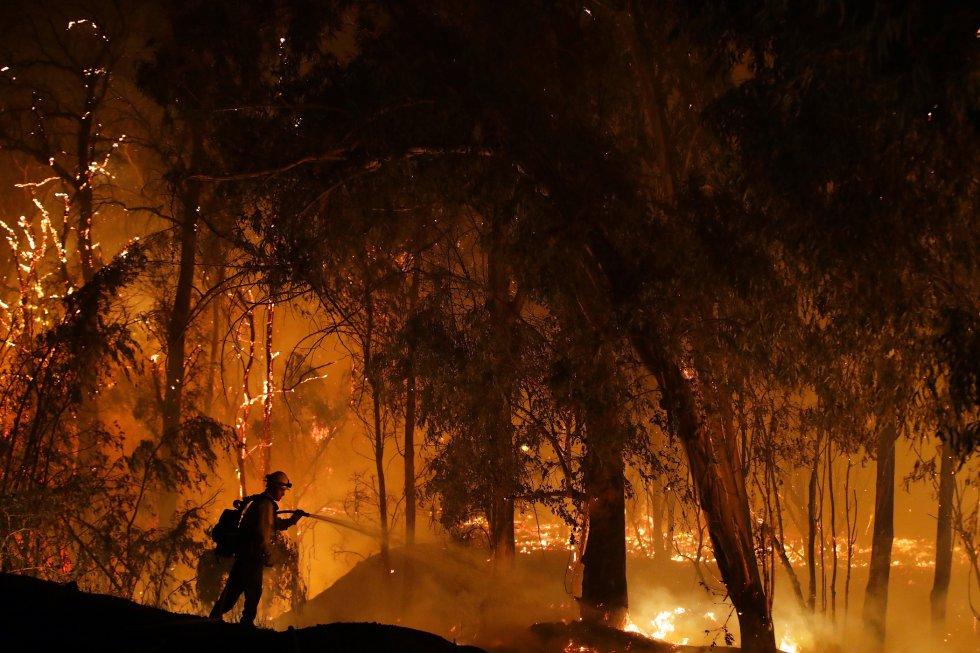 A Califórnia tem sido uma das áreas dos Estados Unidos mais afetadas por grandes incêndios. Os dois maiores incêndios dos últimos anos, o de outubro de 2017 em Santa Rosa (23 mortos quando um bairro inteiro foi arrasado) e o de novembro de 2018 em Paradise (85 mortos em poucas horas), tiveram origem em falhas na infraestrutura elétrica. Na foto, um bombeiro trabalha na extinção de um incêndio em Somis, Califórnia, em 31 de outubro deste ano.