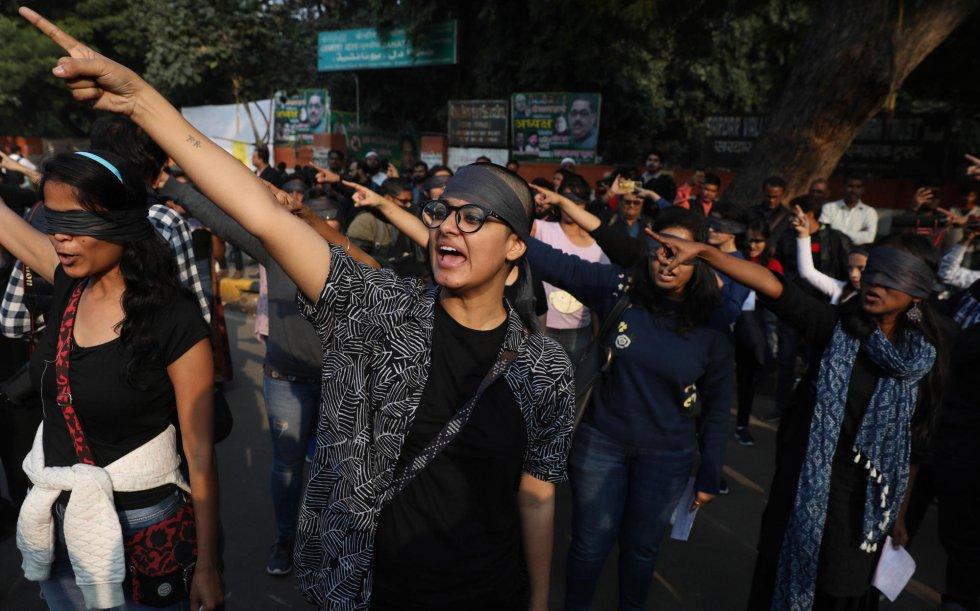 """Pero la letra en hindi añade una estrofa distinta: """"en el nombre de la casta, en el nombre de la religión, desaparecemos, somos explotadas, llevamos la peor parte de la violación y la violencia en nuestros cuerpos"""". En la imagen, activistas indias participan en la escenificación contra las violaciones y asesinatos de mujeres en la India."""