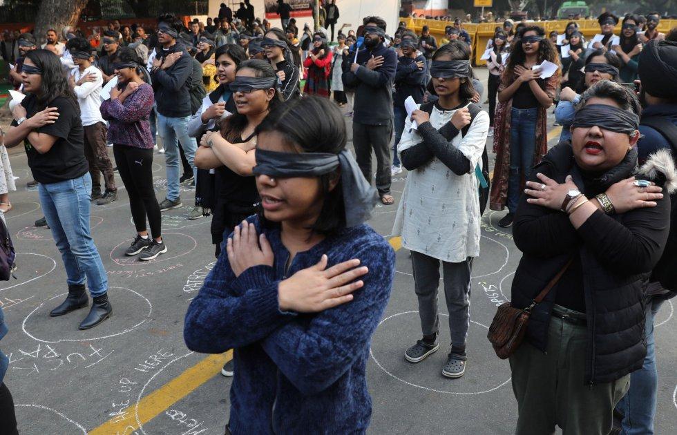La Agencia Nacional de Registro de Delitos de la India (NCRB) en su último reporte de 2017 contabilizó 33.658 mujeres víctimas de violación en todo el país. 10.221 de ellas eran menores de 18 años. En la imagen, las activistas indias durante la escenificación de 'El violador eres tú'.