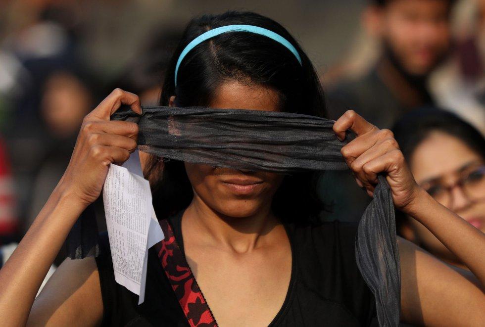 """""""Decidimos adaptarla al contexto indio porque cuando hablas sobre los casos de violencia en la India, desde la escuela se está creando una mentalidad de castas"""", explicó la activista. En la imagen, una joven se venda los ojos antes de participar en la coreografía en Nueva Delhi, este sábado."""