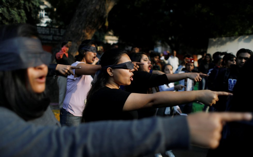 """""""Queremos mostrar nuestra solidaridad con las mujeres del mundo y también alertar sobre lo que está pasando ahora en la India"""", explicó a Efe una de las organizadoras de la coreografía, Jyotsna Siddharth, en referencia a los últimos casos de violación que han conmocionado al país."""