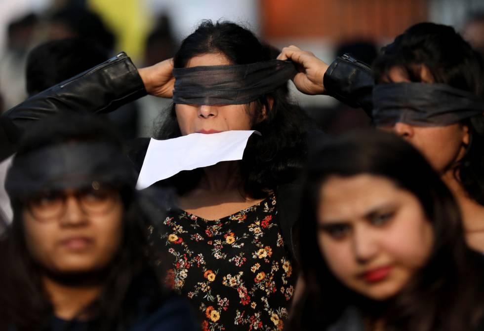 Varias decenas de indias escenificaron este sábado en el centro de Nueva Delhi la coreografía 'Un violador en tu camino', ideada por el colectivo de mujeres chilenas Las Tesis y convertida en un himno feminista global. En la imagen, una activista se venda los ojos antes de participar en la escenografía.