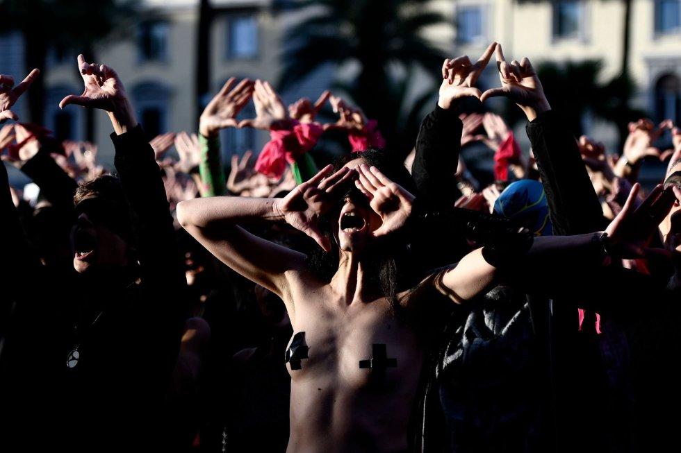 """Las Tesis se fundó hace un año y medio y está compuesto por cuatro mujeres """"nacidas y criadas"""" en Valparaíso (Chile) –""""una ciudad rebelde"""", como ellas describen– que se conocieron en colegios, universidades, a través de amigos o, simplemente, """"en los cerros"""". En la imagen, activistas feministas con los ojos vendados participan en la escenificación de 'Un violador en tu camino' en Roma (Italia), este sábado."""