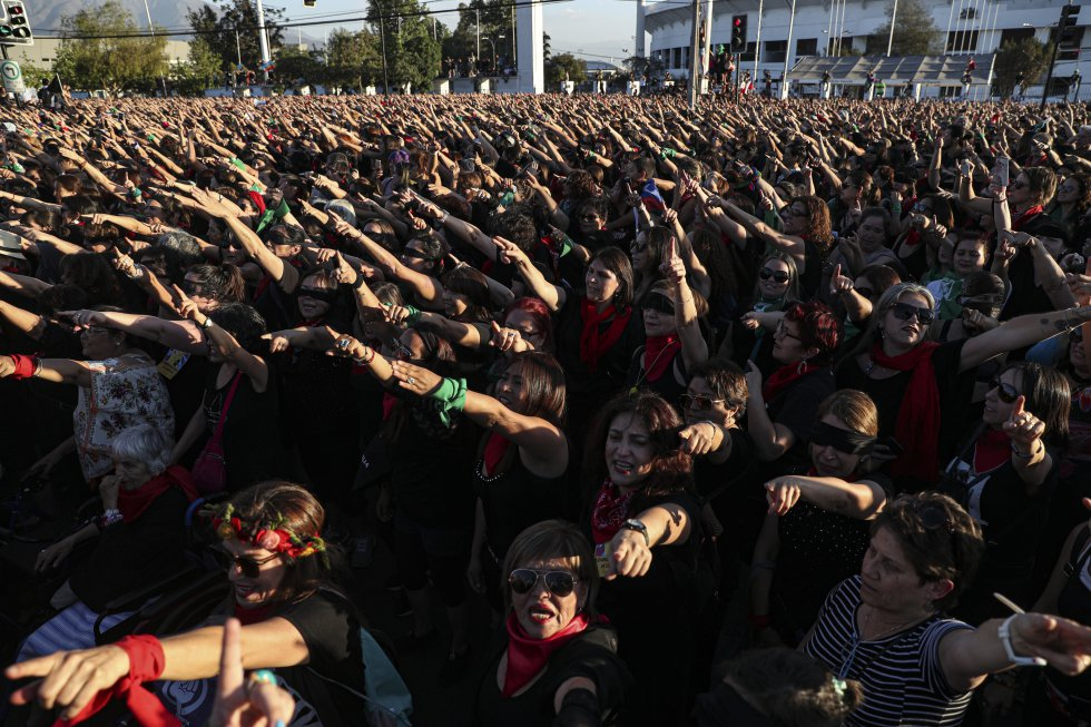 """Fue en medio de los 42 cerros que componen el puerto chileno de Valparaíso –ese """"recodo de mundo"""", como lo llamó Neruda– donde nació el himno contra la violencia sexual hacia las mujeres, que estos días vociferan miles de ciudadanas de todo el mundo con los ojos vendados y repitiendo ciertos movimientos. En la imagen, un momento de la intervención feminista en Santiago de Chile el 4 de diciembre."""
