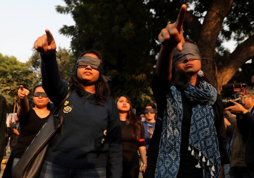 """Antes de iniciar su coreografía en el 'manifestódromo' de Jantar Mantar, en el centro de Nueva Dehli, las participantes dibujaron en el asfalto y con tiza círculos a su alrededor, en los que escribieron consignas como """"El futuro es femenino"""" o """"Derribemos el patriarcado""""."""