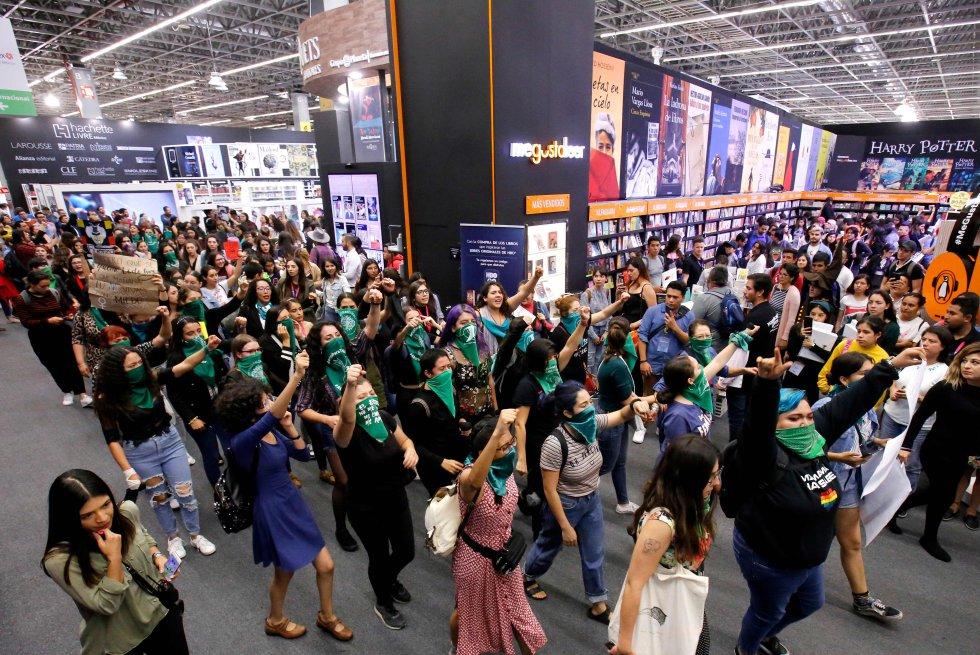 """Las universitarias de Guadalajara (México) han reproducido en la Feria Internacional del Libro las protestas chilenas contra la violencia machista. Cientos de ellas, con el pañuelo verde, se manifestaron en el recinto cerrado entre los puestos de libros gritando: """"Fuera los acosadores de la UDG [Universidad de Guadalajara]""""."""
