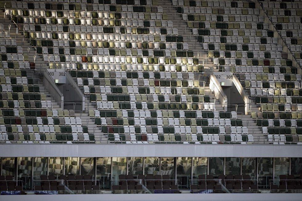 Los asientos de las gradas, por ejemplo, están pintados con cinco colores, con una distribución aleatoria, destacando el marrón en las primeras filas, el verde en las del medio y el blanco en las finales, para emular la imagen de un bosque.