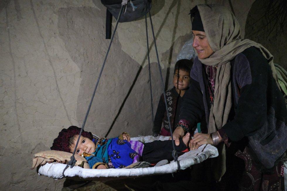 Unicef está aumentando el uso de sistemas de agua abastecidos por gravedad y por energía solar para apoyar a parte de los 2,8 millones de afganos afectados por la grave sequía del año pasado. Aun así, solo el 64% de la población tiene acceso a agua potable y libre de contaminación externa. En la imagen, una familia de desplazados internos en el campo de Shayadee, en Herat.
