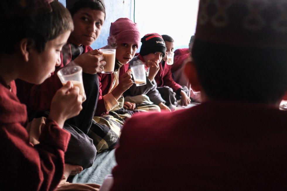 """""""Los jóvenes afganos necesitan saber que hay perspectivas laborales más allá de unirse a un grupo armado o de escapar del país para tratar de encontrar un trabajo en el extranjero"""", explica Aboubacar Kampo, representante de Unicef en Afganistán. Un grupo de niños desayuna en el orfanato Shaheed Abdul Ahad Khan Karzai, en Kandahar."""