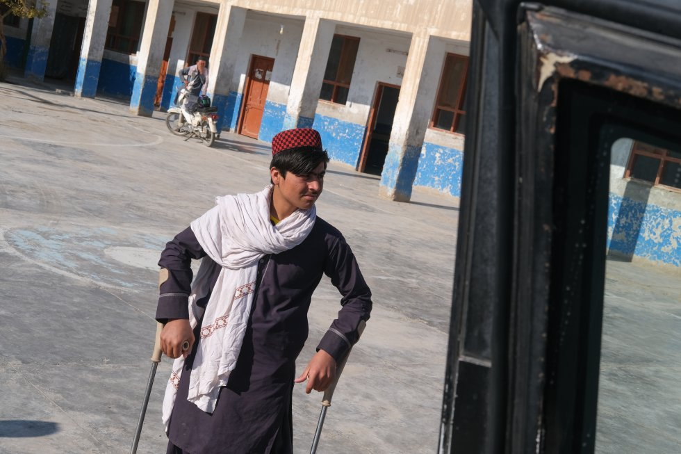 Unos 400.000 jóvenes afganos acceden al mercado laboral cada año, pero muchos carecen de la formación profesional necesaria para encontrar un empleo. Rahimullah, además de haber sufrido la pérdida de sus piernas por una mina, no enfoca bien ni escucha adecuadamente desde la explosión. Recibe educación diaria en el orfanato donde vive.