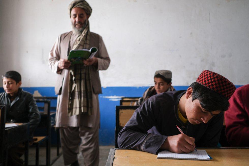 En 2017, el 42% de los jóvenes estaban desempleados. El acceso al mercado laboral es un paso fundamental para su supervivencia, de ahí la importancia de que reciban una educación adecuada, pues solo así podrán romper el ciclo de violencia y subdesarrollo del país en el que están inmersos. En la imagen, Rahimullah asiste a una clase en el orfanato donde vive, en Kandahar.