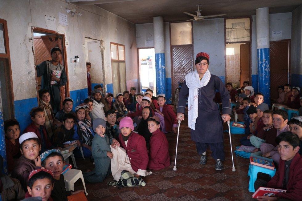Una media de nueve niños fueron asesinados o mutilados cada día entre enero y septiembre de 2019, según el informe de Unicef 'Manteniendo la esperanza en Afganistán: proteger a los niños del conflicto más letal del mundo'. En la imagen, Rahimullah, de 15 años, camina gracias a unas muletas. Perdió sus dos piernas en un accidente con una mina hace seis años.