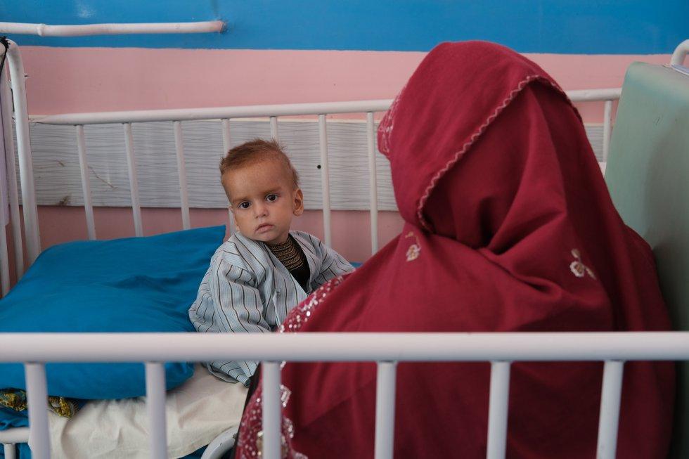 En Afganistán viven unos 600.000 niños menores de cinco años que están severamente desnutridos, según el informe 'Manteniendo la esperanza en Afganistán: proteger a los niños del conflicto más letal del mundo', de Unicef. En la foto Sana, de 30 años, sentada junto a su hijo Khalid, de dos años, tratado de desnutrición severa en el hospital pediátrico Ata Turk, en Kabul.