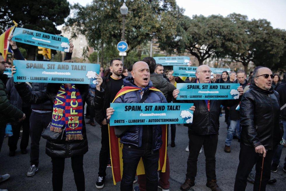 Un grupo de personas durante una acción convocada por Tsunami Democràtic, en la plaza Pius XII, en Barcelona.