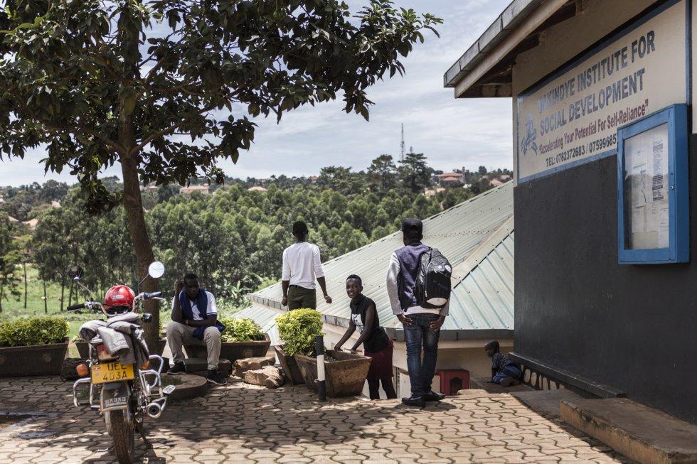 El centro de estudios Uganda Children's Centre nace en 1998 como escuela vocacional en Kampala, la capital de Uganda, Allí, niños y adolescentes necesitados son acogidos para aprender un oficio. En el año 2018, este país contaba con 42.7 millones de habitantes de los que el 23% se consideran analfabetos. Además, el 4% de la población está desempleada y otro 25% vive en límites de extrema pobreza.
