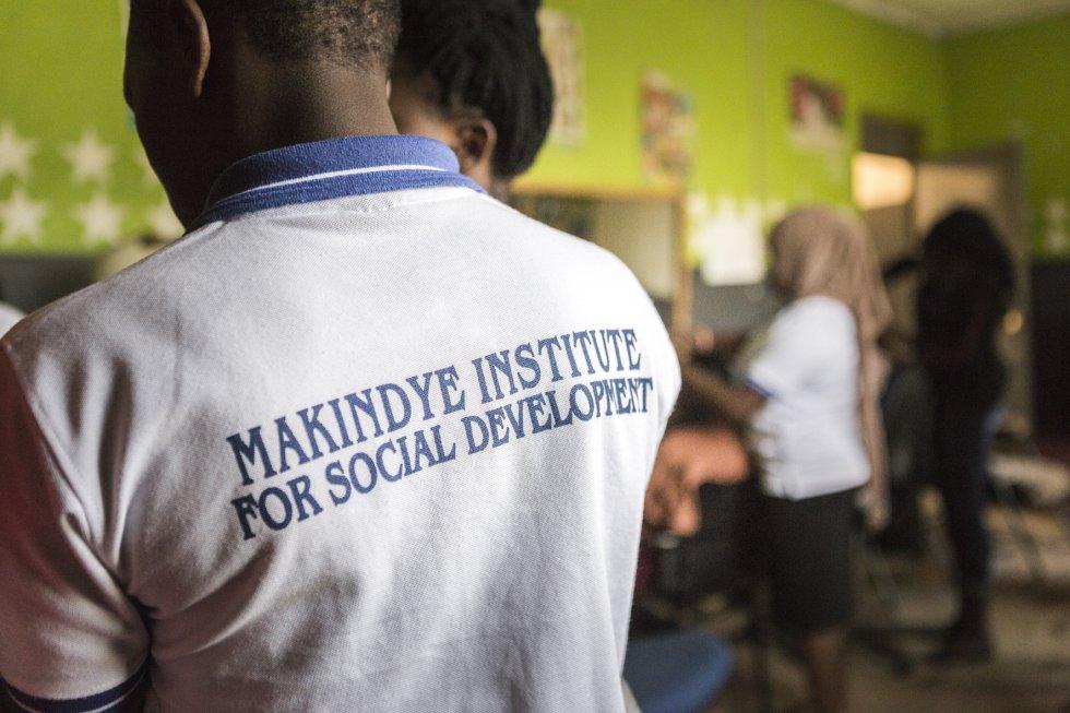 """Instituto Makindye es el nombre que recibe este centro debido a la demarcación territorial en la que se encuentra, dentro del distrito de Kampala. """"Nosotros queríamos que el local estuviera más cerca de la gente de las comunidades locales"""", afirma Fred Kakembo, director y cofundador de este proyecto."""