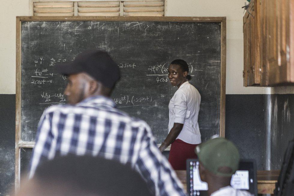 Sarah Nalubwama Birungi es una estudiante que se esfuerza por conseguir el Certificado Nacional de Servicios Electrónicos, un título no muy común entre mujeres, y que requiere estudios en matemáticas. En ausencia de la profesora, ella realiza sus operaciones en la pizarra. El joven de la camisa de cuadros se llama Peter Sentume y es un huérfano patrocinado por una organización cristiana llamada Watato. También está decidido a terminar sus estudios.