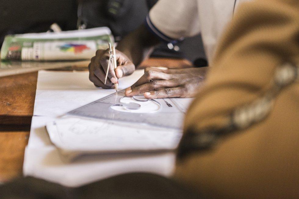Algunos materiales y actividades de la clase de Física. Fred Kakembo, el director del centro, comenta lo mucho que admira a una de las profesoras especializadas en la materia, de nombre Itungo.