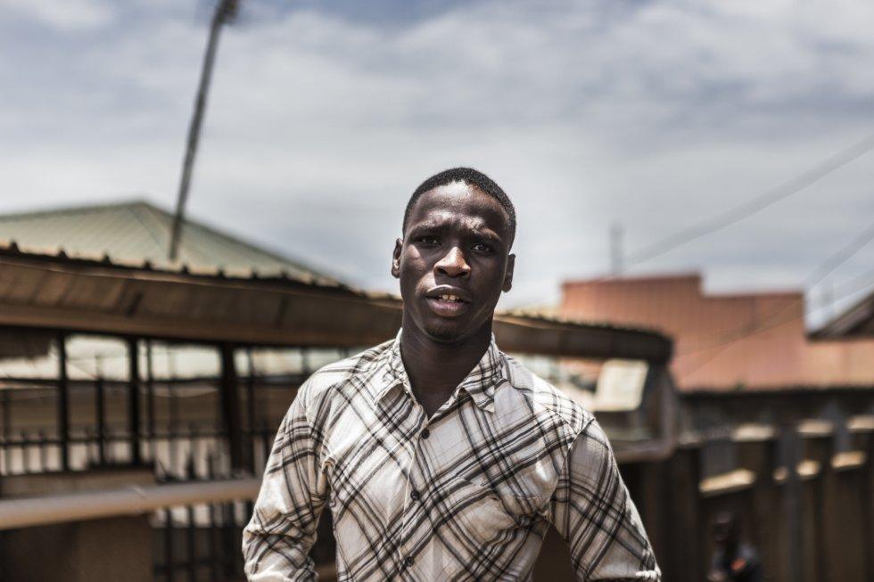 Ivan Ogeng, estudiante de Ferretería, llegó al centro de la mano de SOS, un orfanato encargado del cuidado de niños que son abandonados por sus familias a las puertas del mismo centro, en contenedores de basura, o en similares circunstancias.