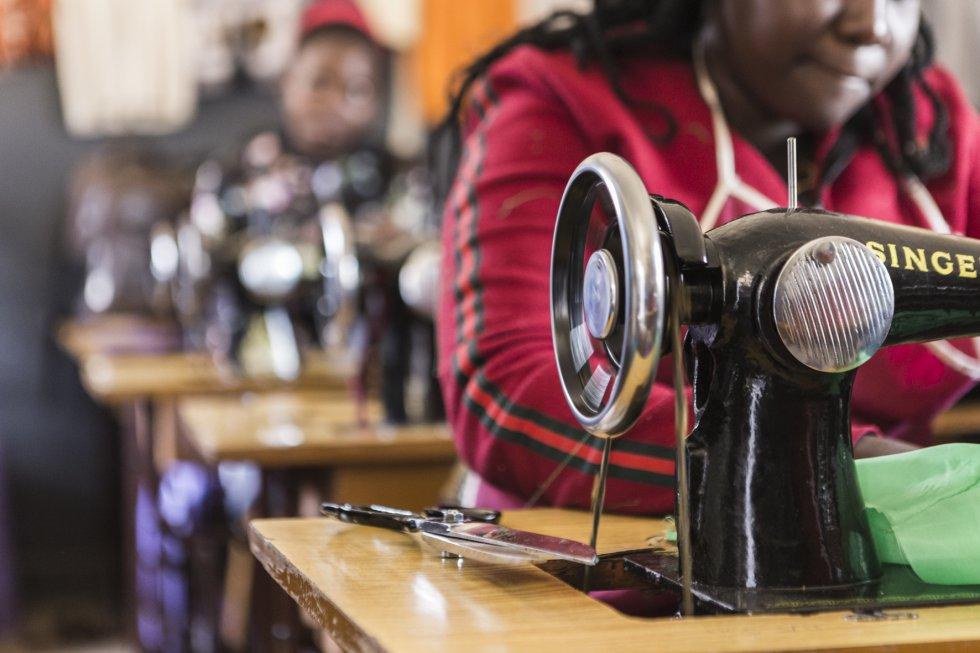 Corte y confección es una de las profesiones estrella. En su mayoría acuden mujeres, aunque también hay algún hombre, como Israel Muluzi. Tiene 17 años y trabaja en una barbería por la tarde, después de las clases, para poder pagarse el curso y obtener el certificado en Moda y Diseño.