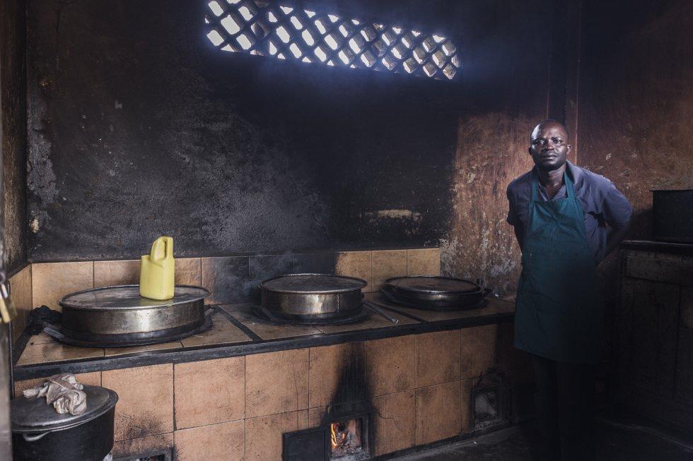 Emma Semanza es un congolés que trabaja como cocinero del centro de estudios desde hace ocho años.