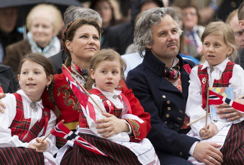 Marta Luisa y Ari Behn celebran el Día Nacional de Noruega en Londres, el 17 de mayo de 2013, junto a sus tres hijas, Maud Angelica, Leah Isadora y Emma Tallulah