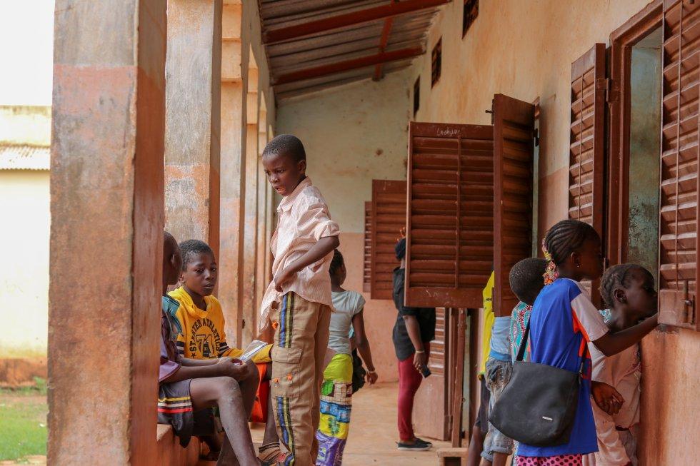 La tasa de escolarización en Educación Primaria en Malí es baja debido a los pocos recursos de los que disponen las familias para conseguir libros y material escolar. Se estima que entre el 27% y el 47% de la población es analfabeta, a pesar de que la enseñanza es gratuita y obligatoria entre los 7 y los 16 años. La situación es especialmente crítica en zonas como Gao, Tombuctú y Kidal.