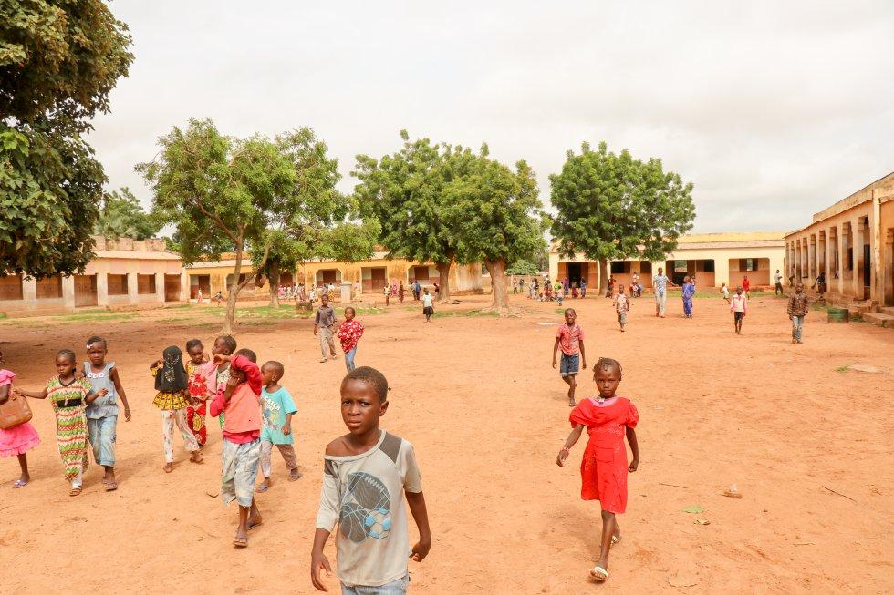 En Malí, una media del 7% de la población escolarizada debe recorrer más de cinco kilómetros para ir a clase, según el Informe de evaluación diagnóstica del sistema educativo del país realizado por Oxfam. Lo recomendable, según esta organización internacional, es que los alumnos no tengan que recorrer más de tres kilómetros para ir a la escuela. En la región de Gao son más del 11,3% de la población quienes hacen este largo recorrido y en Segou llega hasta el 12%.