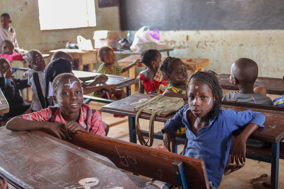 En cada aula en Malí conviven entre 60 y 80 niños, lo que provoca situaciones de violencia en un país inmerso en un conflicto armado desde 2012. Las condiciones familiares también favorecen al abandono escolar ya que la mayoría de los menores de edad trabajan en casa o en el campo además de ir a la escuela: dos de cada tres, de entre cinco a 17 años, tiene un trabajo agrícola o doméstico a pesar de que trabajar está prohibido antes de los 14 años, según datos de la Coordinadora Internacional del Trabajo en Malí.