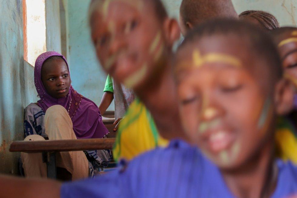 El 56% de los niños en edad de escolarización, tanto de Primaria como de Secundaria, son excluidos del sistema escolar, según cifras de Unicef. La situación es especialmente grave en las zonas rurales del país, que han sufrido el éxodo de población hacia la ciudad debido al conflicto armado que se mantiene vivo desde 2012. Los factores que explican esta situación de exclusión social suelen ser los ingresos, la localización, el género y la situación familiar de los más pequeños.
