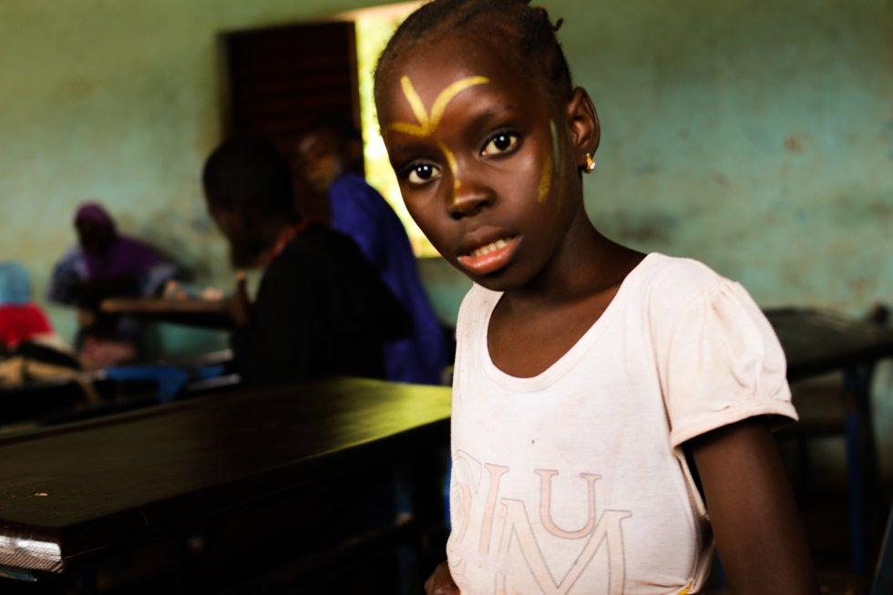 El 71% de las niñas en Malí han sufrido violencia sexual por parte del profesorado o de sus compañeros de aula, según el informe 'La violencia hacia la infancia en entornos escolares en Malí', realizado por Plan y Save The Children. En la escuela, las reglas, los látigos y los palos son frecuentemente utilizados por parte de los profesores para administrar castigos por lo que el colegio y las infraestructuras escolares no suelen ser entornos seguros y protectores.