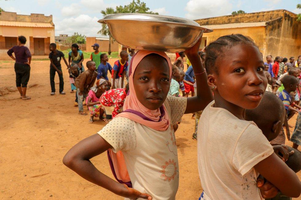 La desigualdad entre niñas y niños en Malí aumenta en Secundaria y en el ciclo superior. Para muchos padres, la escolarización no es una prioridad en las niñas, que deben quedarse en casa para realizar tareas domésticas. Este fenómeno se acentúa especialmente en zonas rurales, según un informe sobre la situación de los derechos del niño de Educo Malí, ya que o bien migran a la ciudad o son víctimas del matrimonio infantil. Uno de cada dos adolescentes se casan antes de los 18 años, según Unicef.