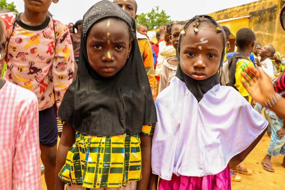 El 10% de los alumnos en el primer ciclo de educación básica en Malí están escolarizados en escuelas coránicas, según un informe de Oxfam. Muchos niños de ellas quedan excluidos del sistema clásico ya que muchas veces la comunidad no encuentra que la educación pública refleje su cultura e incluso que pone en peligro sus tradiciones. Desde hace unos años se ha impulsado una estrategia del Ministerio de Educación del país para integrarlos a estos alumnos en el sistema educativo oficial.
