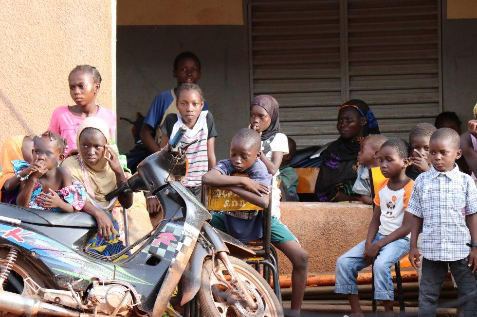 El conflicto armado en el cual se encuentra inmerso Malí desde 2012 ha empeorado una ya de por si frágil situación. La crisis armada ha interrumpido el acceso a la educación de unos 700.000 niños, según Unicef y las autoridades educativas del país. Más de 200 escuelas del norte han cerrado o han sido destruidas y saqueadas. El conflicto ha provocado un éxodo hacia el sur y la mayoría de maestros no han podido regresar al norte. Los masificados colegios no tienen suficiente capacidad de absorción de alumnos ante la masiva llegada de estudiantes desplazados.