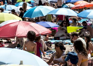 Spaniards' new travel trends: more trips abroad, fewer at home