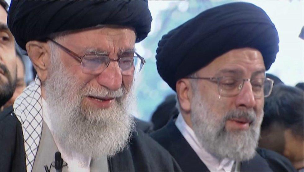 Rezo por el general fallecido en la Universidad de Teherán, en el que el ayatolá Alí Jamenei (izquierda) ha llorado en varias ocasiones.