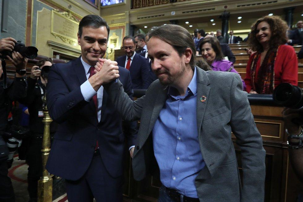 Pedro Sánchez saluda a Pablo Iglesias tras la votación en el Congreso de los Diputados.