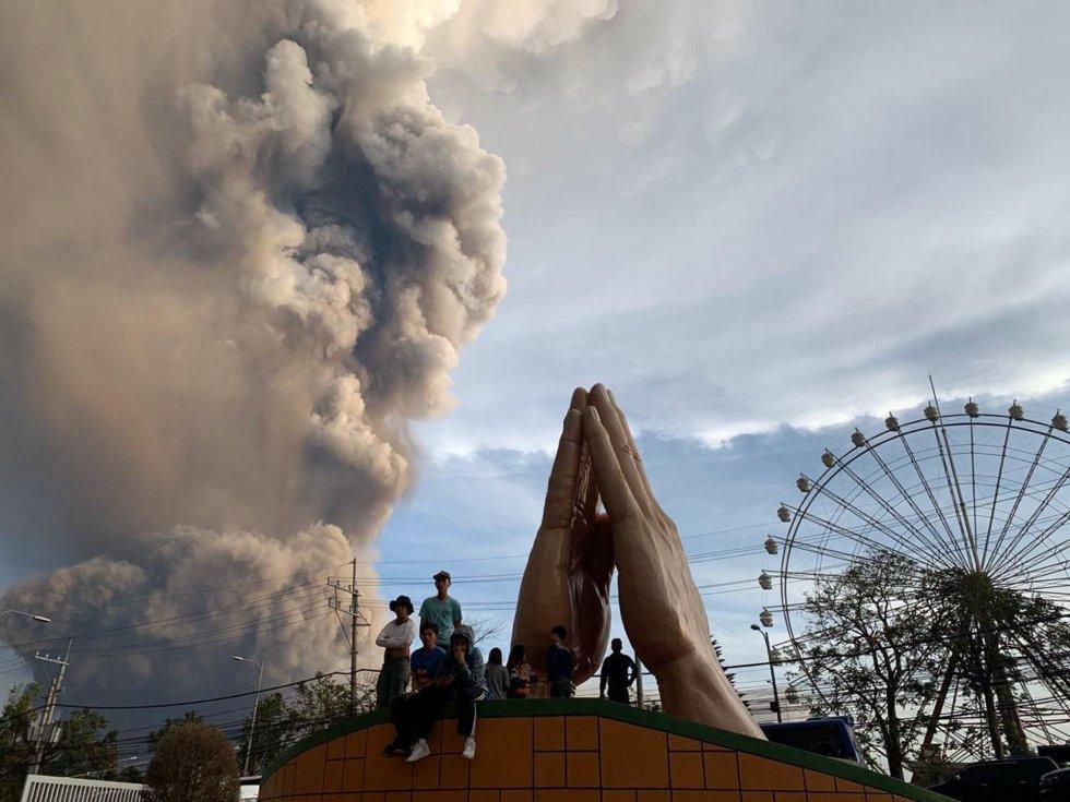 La Cruz Roja filipina ha desplazado a parte de su personal a la zona para ayudar con las labores de evacuación. En la imagen, un grupo de personas observa la erupción del volcán Taal desde Tagaytay.