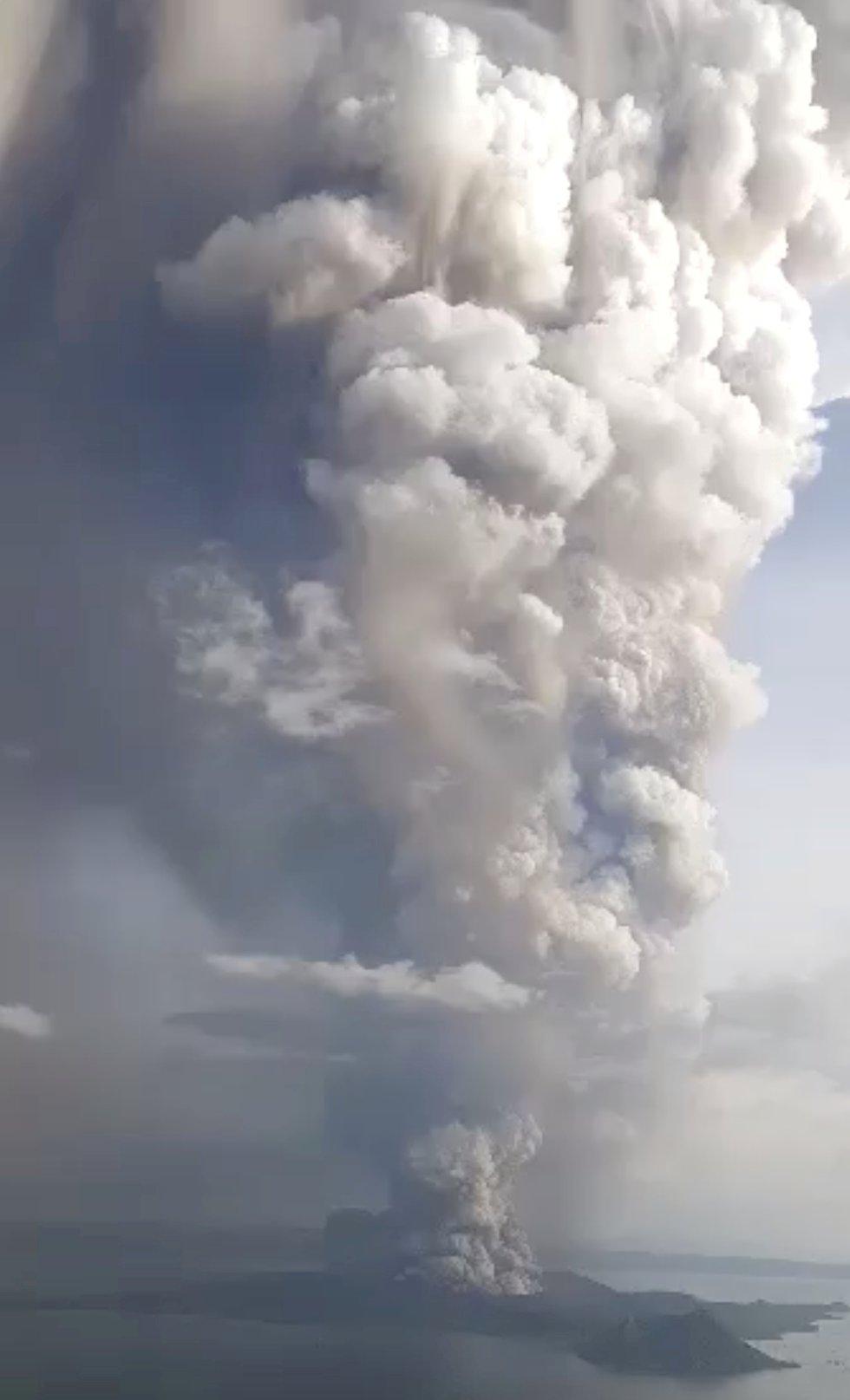 Vista de la erupción del volcán Taal desde Tagaytay.