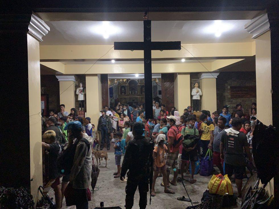 Según algunos testigos, la ceniza ha llegado a los barrios del sur de Manila. En la imagen, varios vecinos se refugian en una iglesia de Talisay.