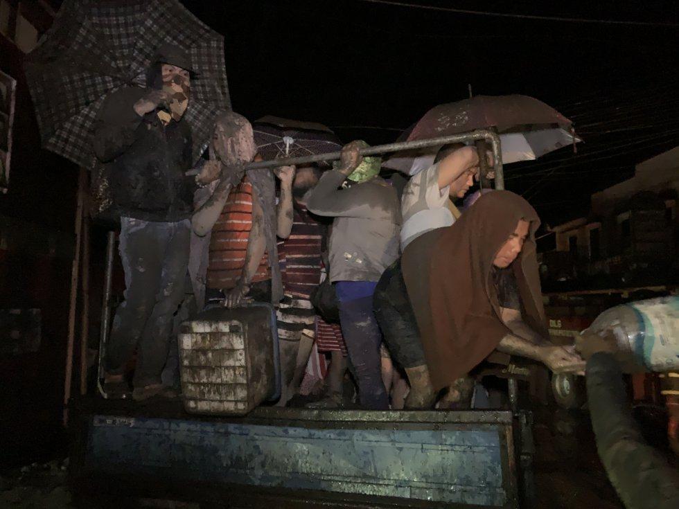 Varios habitantes de Talisay son evacuados por las autoridades, tras la alerta de erupción inminente del volcán Taal.