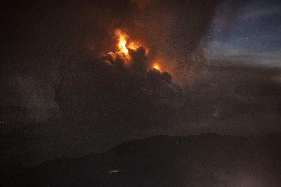 El volcán, que mató a 1.300 personas en 1911 y a 200 en 1965, forma parte de una cadena volcánica que se extiende por la región occidental de la isla de Luzón. En la imagen, la columna de ceniza del volcán Taal vista desde Tagaytay.